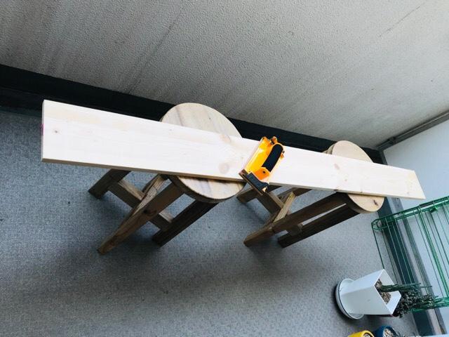 DIYダイニングテーブルの天板部分をヤスリがけ